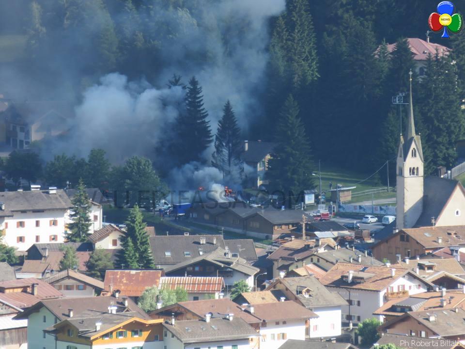 pullmann in fiamme a pozza di fassa 27 giugno 2016 a