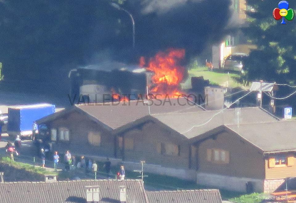 pullmann in fiamme a pozza di fassa 27 giugno 2016